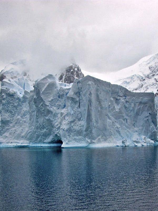El iceberg gigante A-68 se adentra en el Atlántico Sur a los tres años de su formación (La Vanguardia)