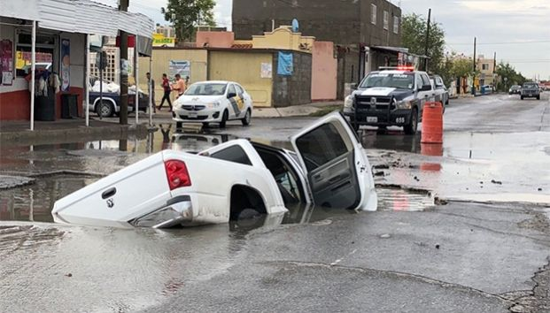 Se 'tragan' socavones vehículos en Juárez (Zócalo)