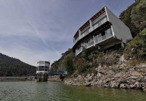 Filón de firmas inmobiliarias, la ribera de la presa Valle de Bravo (La Jornada)