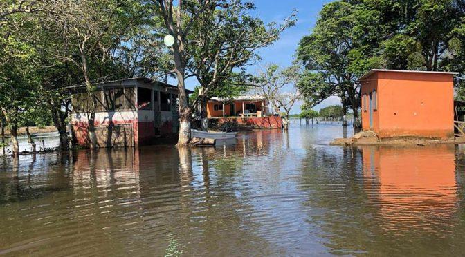 Comunidades de Tlacotalpan siguen rodeadas de agua (EL DICTAMEN)