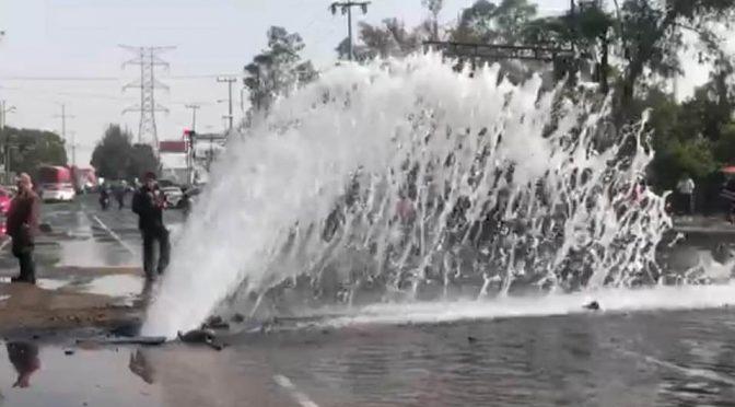 Fuga de agua inunda avenida del Imán (Milenio)
