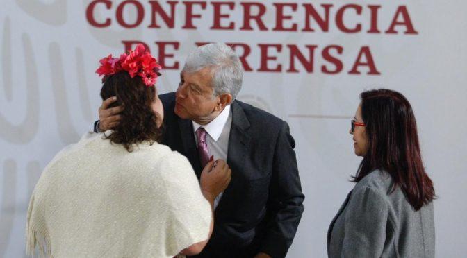 CdMx: Mujer logra colarse a conferencia de AMLO (La Jornada)