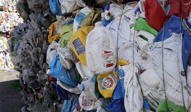 Los humanos están defecando plástico y nadie está seguro de cuán malo puede ser (Huffpost)