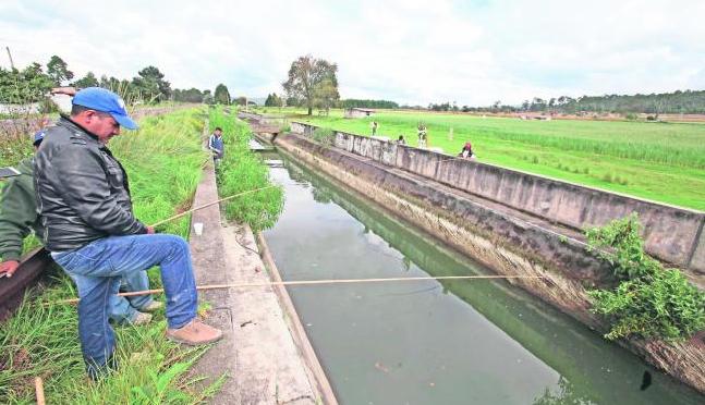 """Estado de México: """"No hay agua potable, pero podemos pescar"""" (El Universal)"""