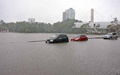 Lluvias dejan calles bajo el agua (El Heraldo de Tabasco)