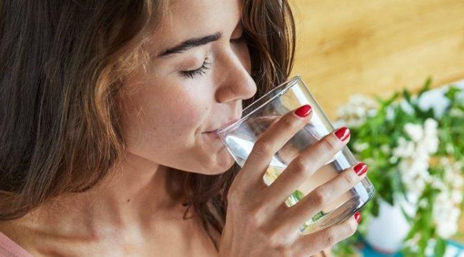 ¿De verdad necesitas beber 8 vasos de agua al día? (La Verdad)