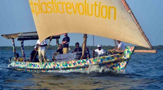 """Kenia: """"Flipflopi"""", el barco de plástico reciclado para concientizar sobre la contaminación en el mar (Globovisión)"""
