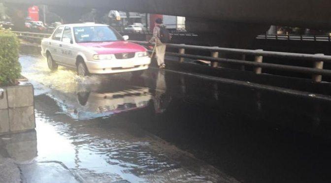 Fuga de agua inunda carril lateral de Anillo Periférico (Milenio)