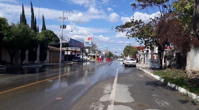 Fuga de agua inunda calles de Col. Nacozari en Ciudad Victoria (La Verdad)