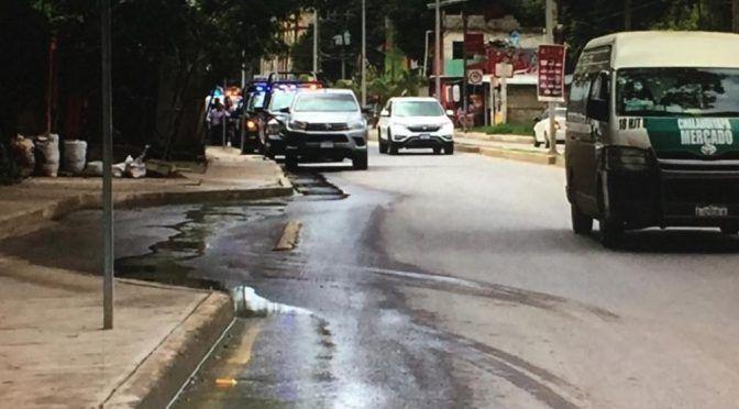 Fuga de agua tiene un mes en colonia de Huejutla; vecinos exigen repararla (AM)