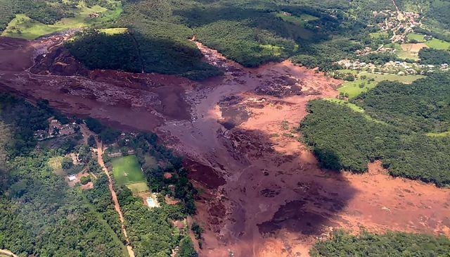 Colapsa represa de minera en Brasil; decenas de personas desaparecidas (La Jornada)