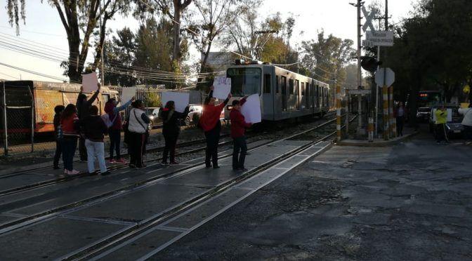 Por falta de agua, vecinos boquean paso de Tren Ligero (Milenio)