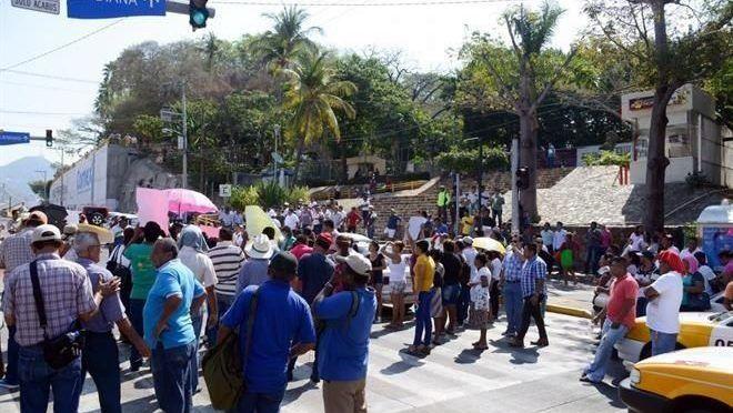 Bloquean en Acapulco por demandas (Reforma)