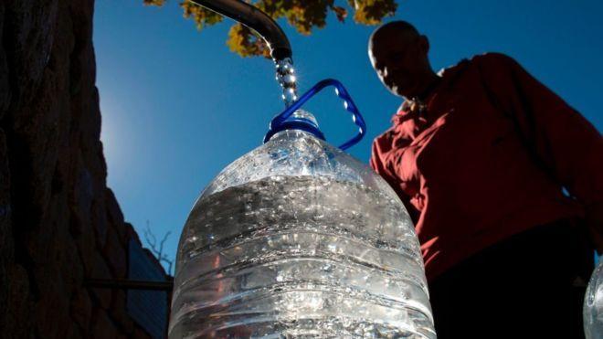 """""""Día cero"""": 4 claves para entender por qué Ciudad del Cabo puede ser la primera gran ciudad del mundo en quedarse sin agua (BBC)"""