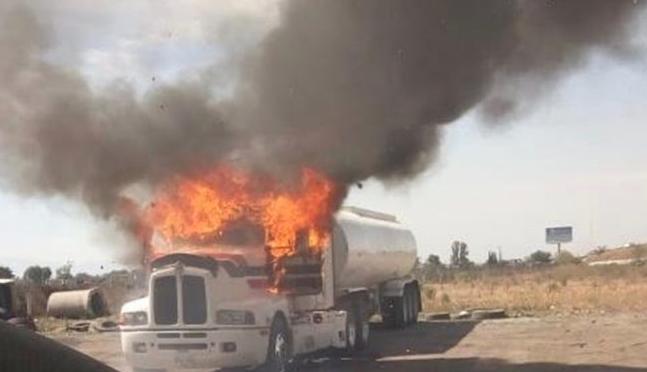 Incendian pipas en Texcoco por disputa de un pozo de agua (El Universal)
