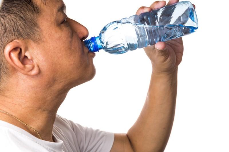 El agua embotellada no debe estar en la canasta básica