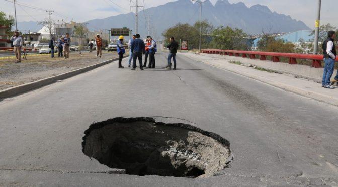 Fuga de agua causa socavón al poniente de Monterrey (Milenio)