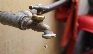 Huachicolean agua con mangueras colgantes (UNO TV)