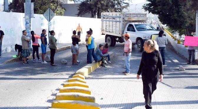 Vecinos bloquean puente del capricho para exigir agua (El Sol de Acapulco)