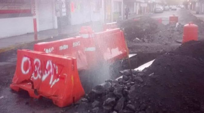CDMX: Fuga de agua inunda cruce de avenida Río Churubusco (Milenio)