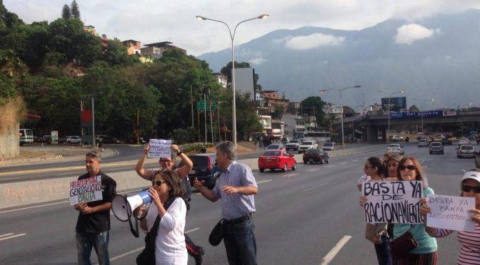 Vecinos de Terrazas del Club Hípico toman la calle para protestar por falta de agua (El Pitazo)
