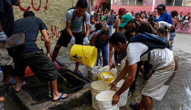 Venezuela: Con problemas de luz, venezolanos hacen maromas para obtener agua (La opinión)