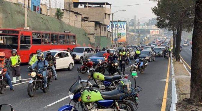 Filas de vehículos por bloqueo en el ingreso a la zona 1 capitalina por manifestación llegaron a la Calzada San Juan (Prensa Libre)