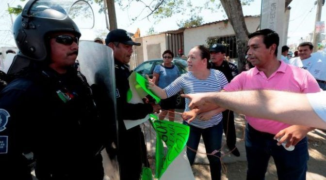 Tabasco: Reclaman agua; reciben antimotines (Tabasco Hoy )