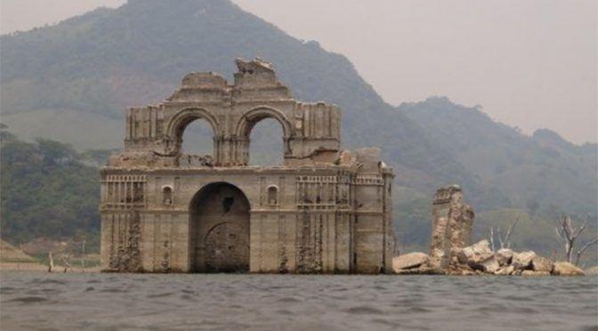 Sequía deja al descubierto convento colonial oculto por presa en Chiapas (La Voz de Michoacán)