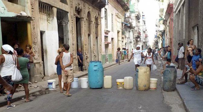 Cubba: SOCIEDAD ¡Agua! Un plantón en la calle consigue que las autoridades cubanas atiendan el reclamo (Diario de Cuba)
