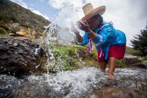 ¿Cuánta agua consumen los proyectos extractivos? (infografía)