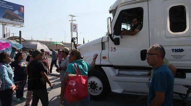 San Luis Potosí: Protesta por falta de agua desquicia a transportistas (Pulso)