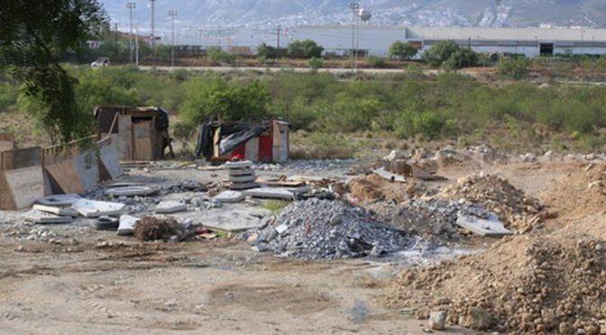 Nuevo León: descargan obras escombro en río Santa Catarina (Milenio)
