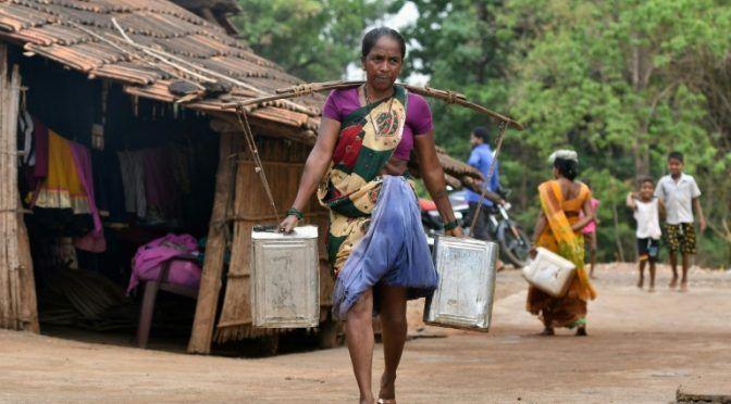 Indía: La ansiada llegada de los camiones cisterna en el país, azotada por la sequía (AFP)