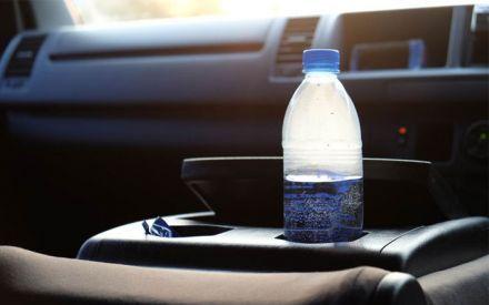 ¿Por qué no debes dejar una botella de agua en el coche los días soleados? (Yahoo! Noticias)