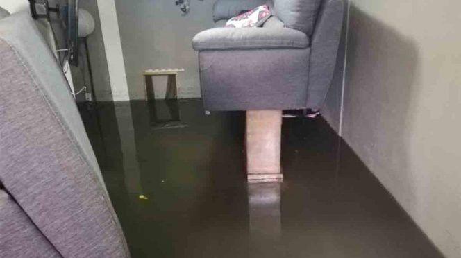CDMX: Tratan de salvar sus muebles tras inundación en Neza (Excelsior)
