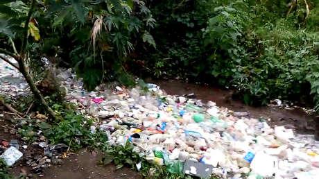 Indonesia: El río que se convirtió en una gran fosa séptica donde el agua limpia es un lujo que pocos pueden permitirse (RT)