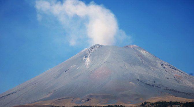 Emisiones de vapor de agua del Popocatépetl se dispersan al suroeste (20 minutos)