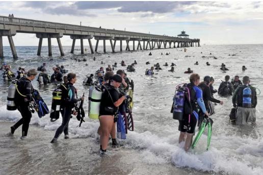 Estados Unidos: Buzos recogen más de 700 kilos de basura en una playa de Estados Unidos y marcan récord mundial (Intriper)