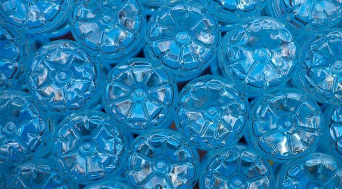 Detectan microplásticos en el 90% del agua embotellada (National Geographic)