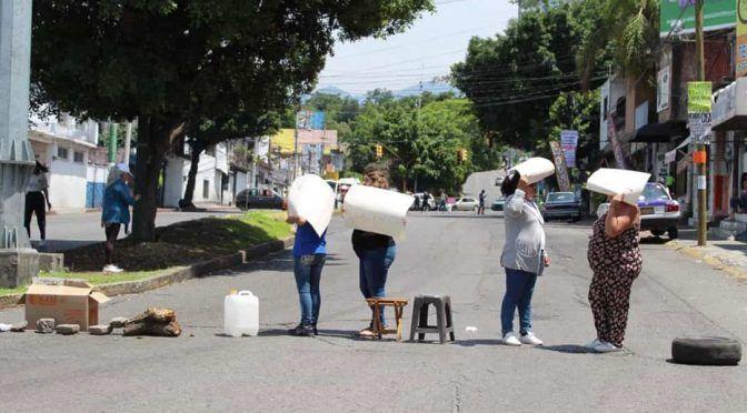 CDMX: Bloquean vías en Cuernavaca por agua (Reforma)