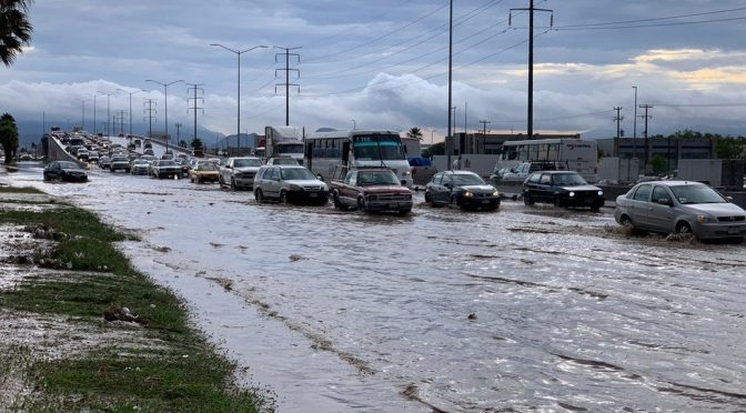 Agua de fuertes lluvias arrastra autos en la colonia Mirasierra de Saltillo (Vanguardia)