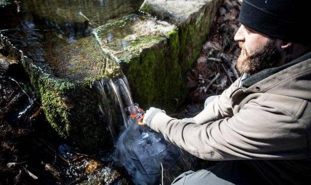 Los expertos alertan sobre el agua de manantial, la moda de las dietas: «Es un foco de enfermedades» (Ideal)