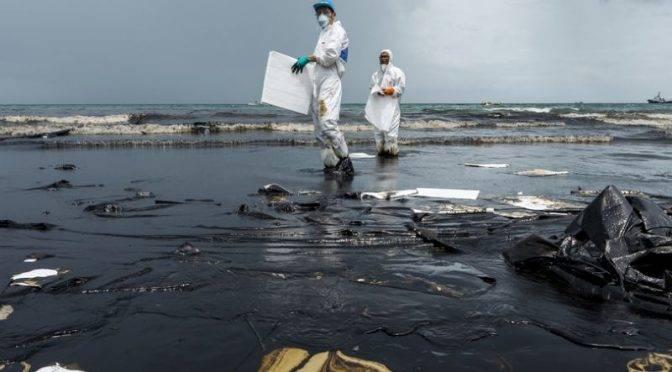 Autoridades chilenas contienen 15.000 litros de agua de mar contaminada tras el derrame de 40.000 litros de petróleo (RT)