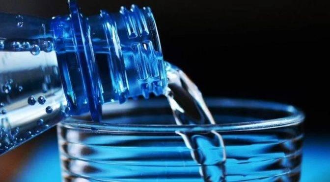 Para qué sirve el agua alcalina (debate)