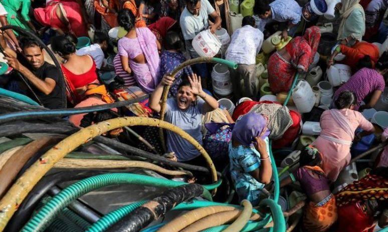 India: Sequía en Nueva Delhi: los ricos tienen agua sin restricciones, pero los pobres luchan por cada gota (Reuters)