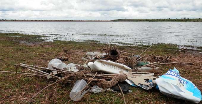 Guanajuato: pescan más basura que peces, toneladas de basura contaminan la Presa El Palote (Noticias AM)