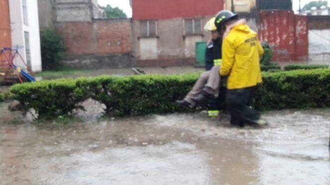 CDMX: Lluvias provocan inundaciones por desbordamiento en Atizapán (Excelsior)