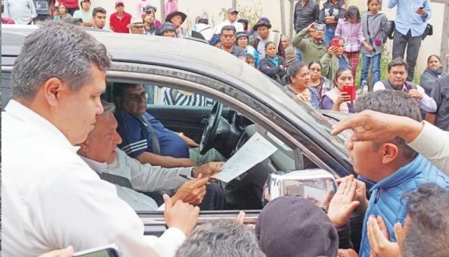 Oaxaca: Detienen paso del convoy presidencial para exigir agua (El Universal)