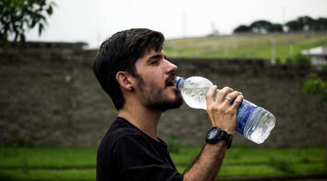 CDMX: Chilangos gastan 4 mil mdp al año en agua embotellada (Milenio)